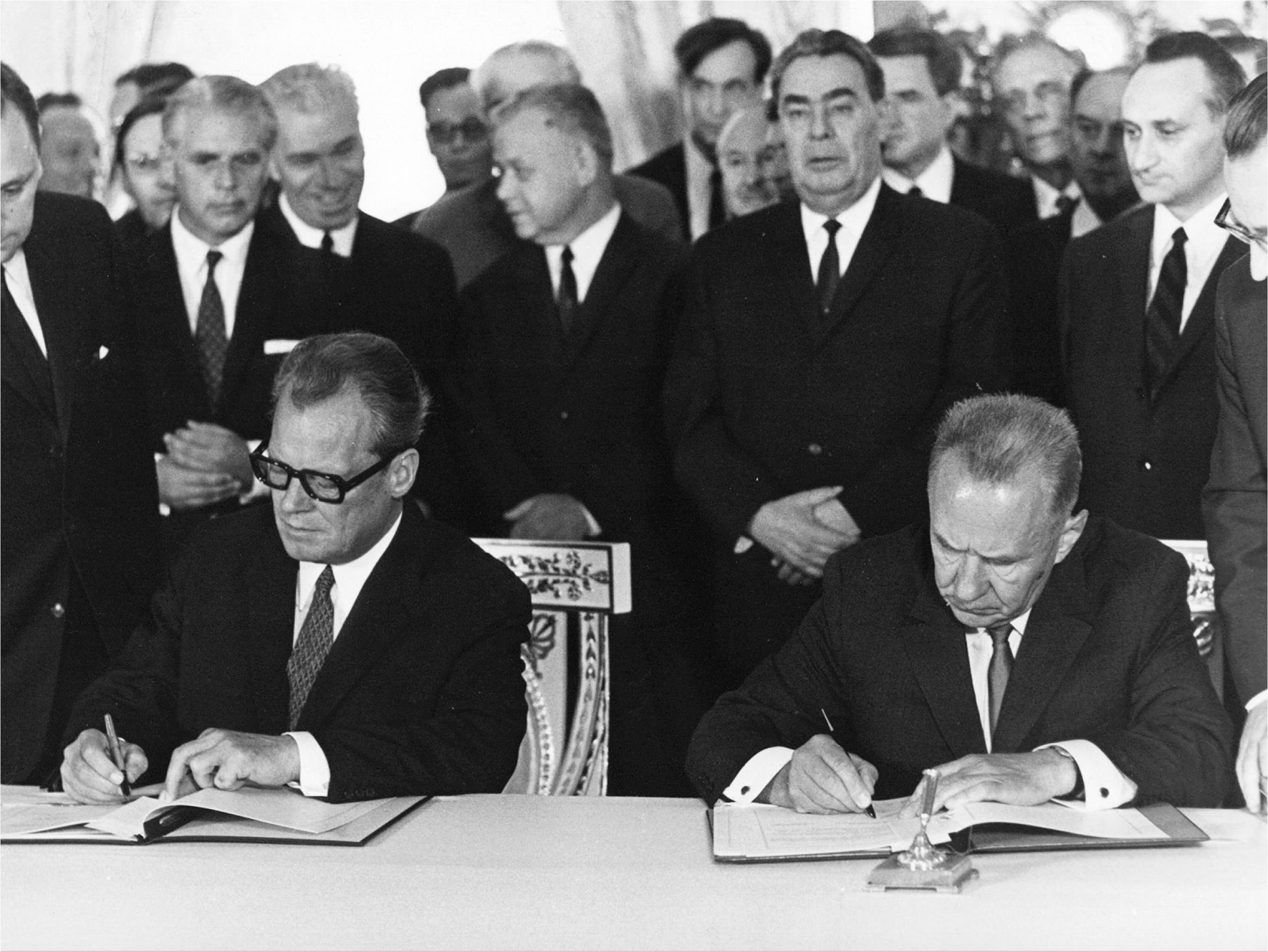 Chancellor Willy Brandt (left) and Soviet Prime Minister Alexej Kosygin (right) sign the Treaty of Moscow