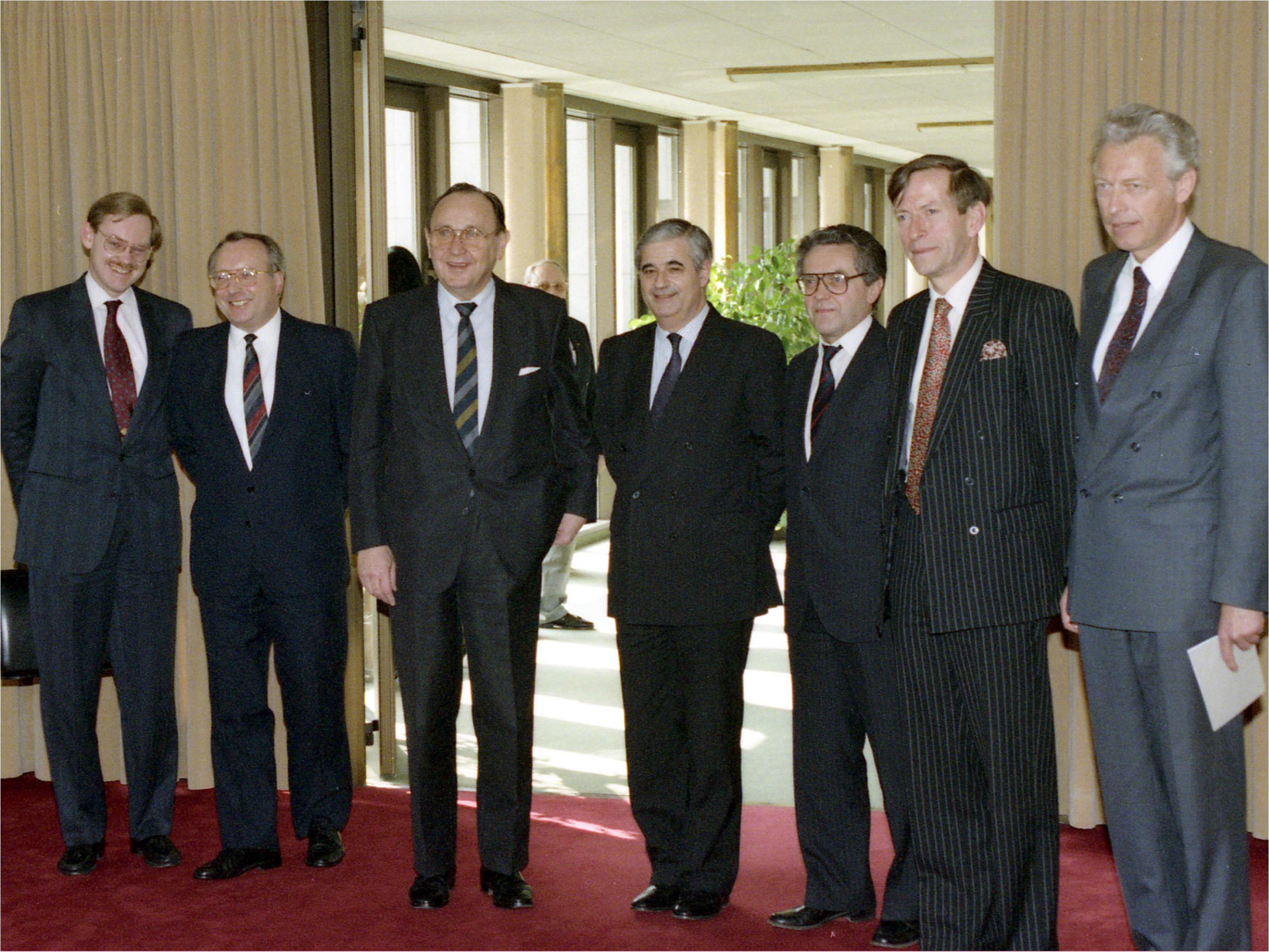 Image of the delegation posing for the press